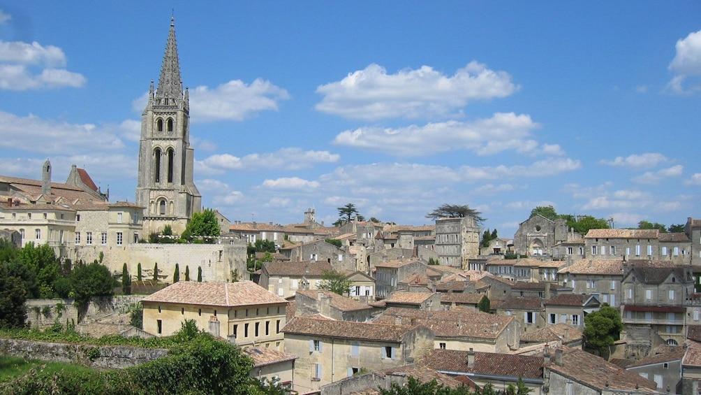 Foto 1 von 5 laden The  Saint Emilion skyline  on a sunny day