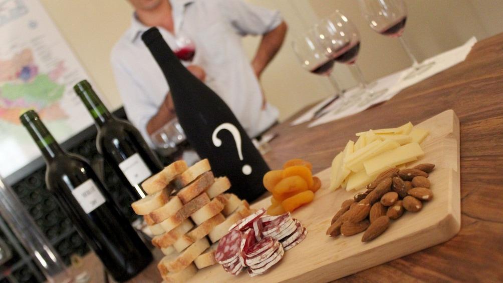 Charger l'élément 2 sur 5. An assortment of Wine and cheese pairings at Saint-Émilion Vineyard