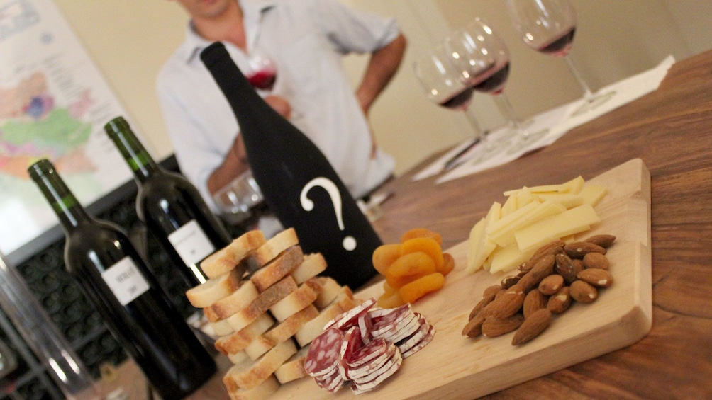 Charger l'élément 5 sur 5. A wine and cheese pairing for a wine tasting class in France