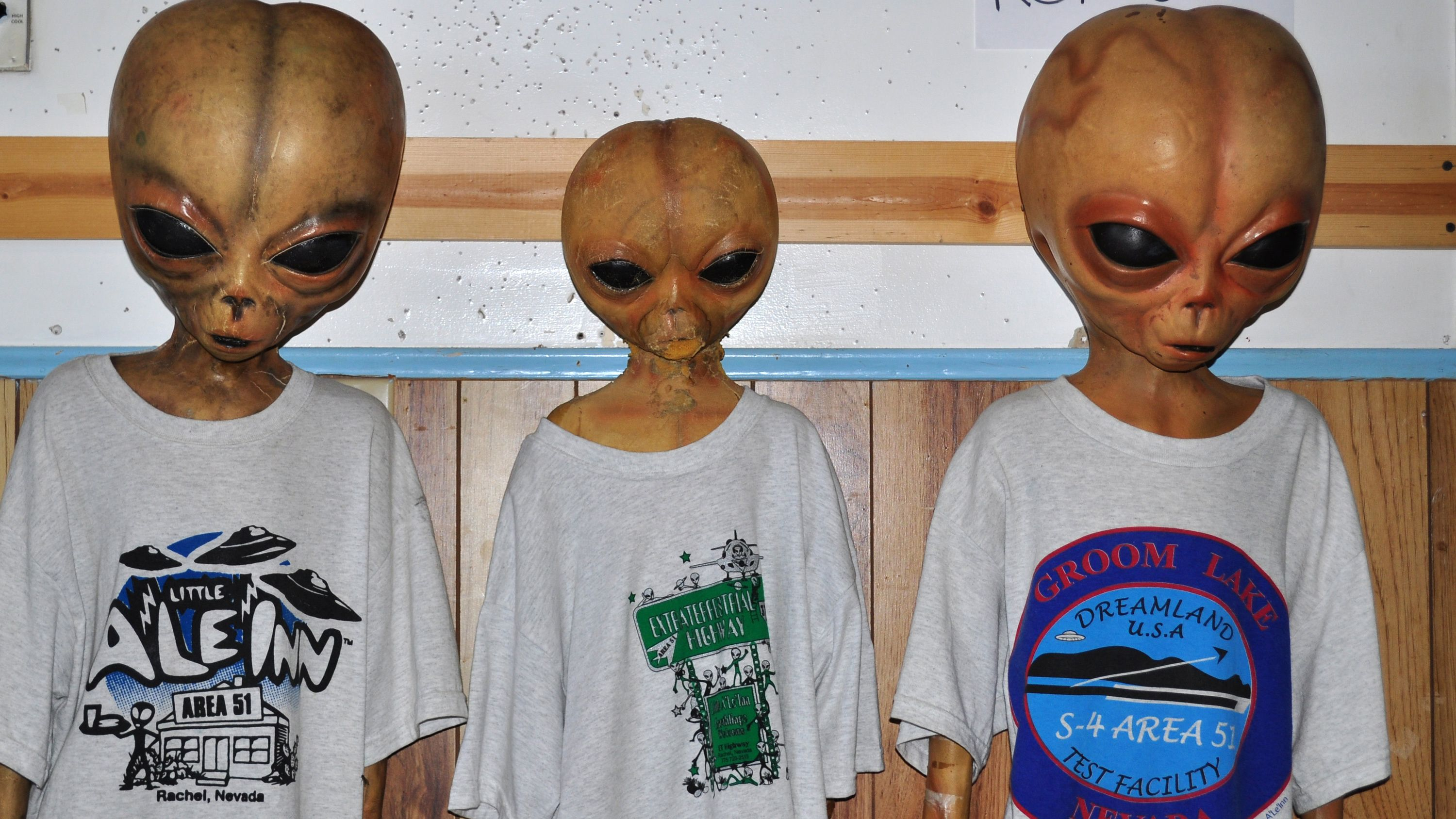 Take a photo op with three alien statues at Little A'le'Inn