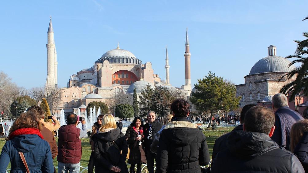 Carregar foto 1 de 5. Tour group standing outside Hagia Sophia in Istanbul