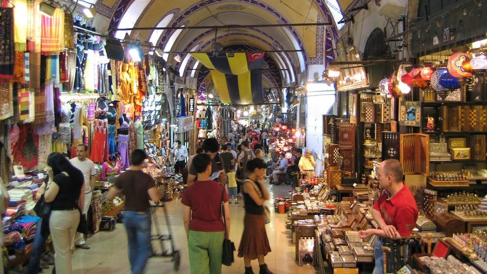 Carregar foto 2 de 5. People inside the Grand Bazaar shopping center in Istanbul