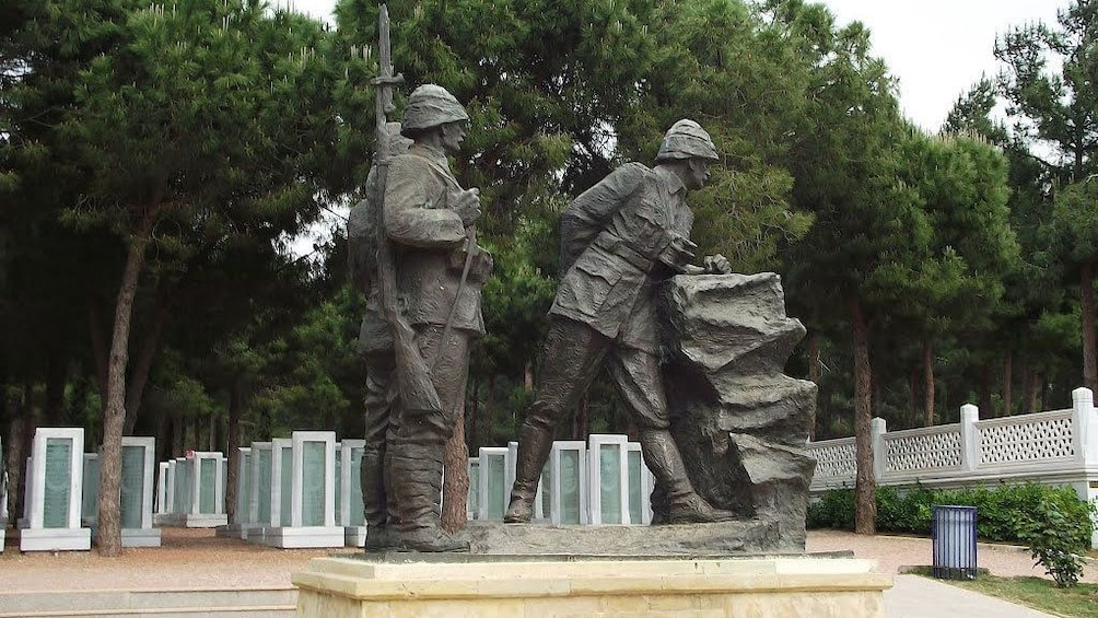 Carregar foto 2 de 5. Statue at Çanakkale Martyrs' Memorial