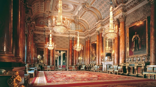chandeliers inide Buckingham Palace on London