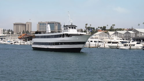 The Entertainer is one of the featured yachts departing on the Starlight Dinner Cruise from Newport Beach
