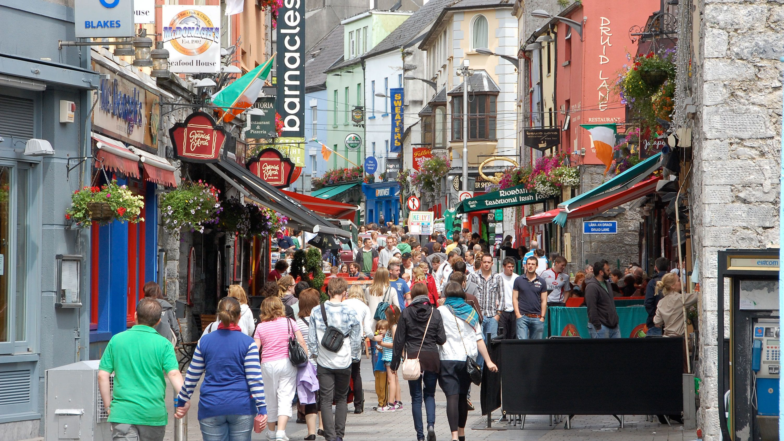 tourists shopping through the streets of Dublin