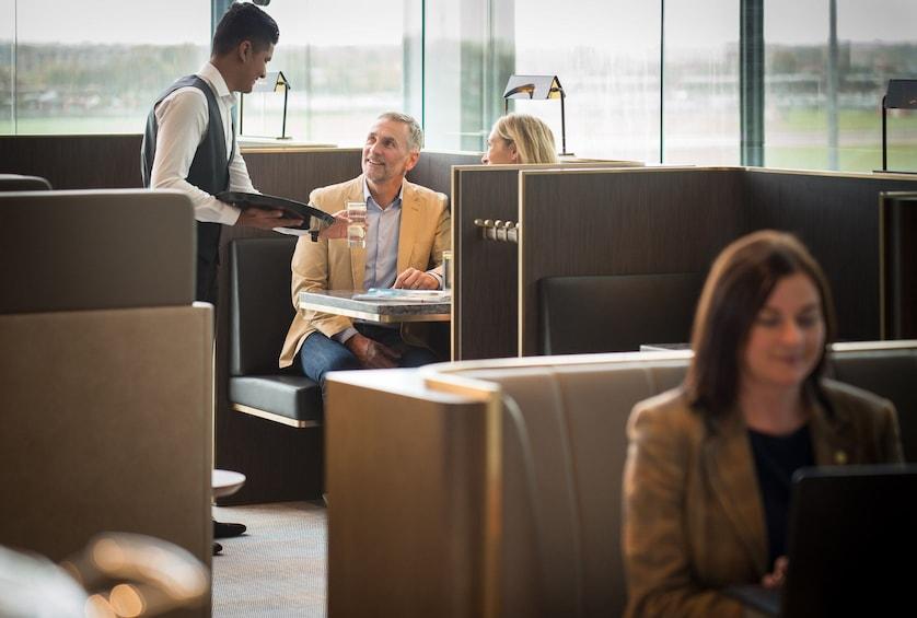 Foto 4 von 10 laden Plaza Premium Lounge at London Heathrow Airport (LHR) - Terminal