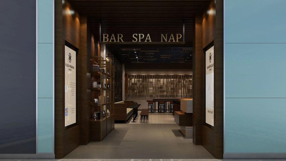 Apri foto 2 di 5. Bar, spa and napping area at Plaza Premium Lounge in London