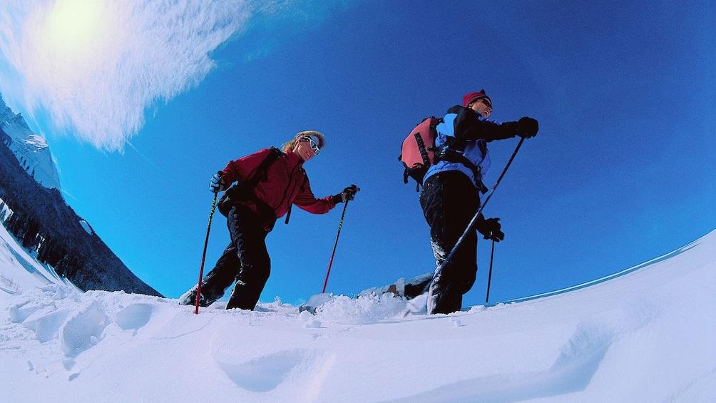 Cargar ítem 3 de 4. Couple snowshoeing on a clear day in Denver