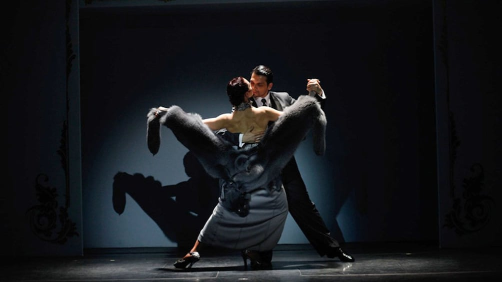 4 枚目の写真 (9 枚中) を開く。 A couple performs at the Café de los Angelitos Tango Show in Buenos Aires