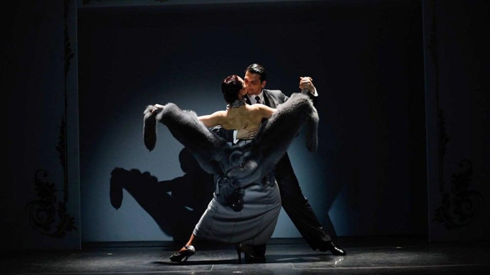 Cargar ítem 4 de 9. A couple performs at the Café de los Angelitos Tango Show in Buenos Aires