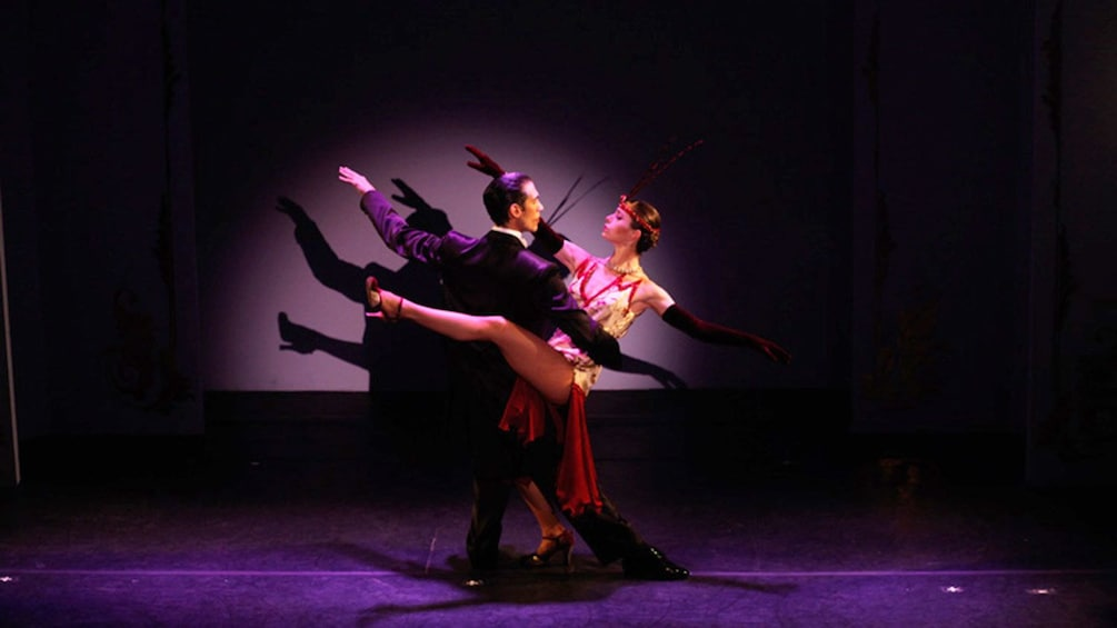 5 枚目の写真 (9 枚中) を開く。 A couple performing a tango at the Café de los Angelitos Tango Show in Buenos Aires