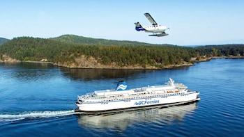 Victoria mit dem Wasserflugzeug und der Fähre