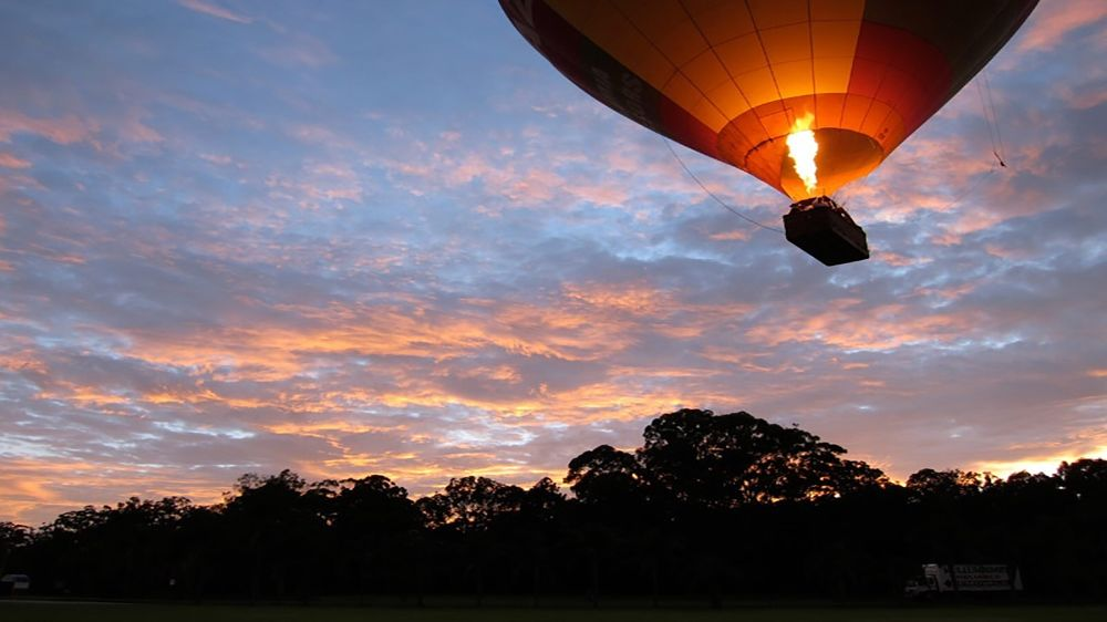 Burst of flame heats air inside hot air ballon in Byron Bay