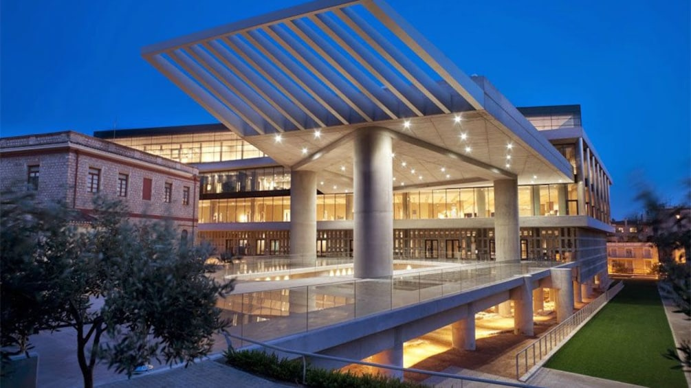 Foto 1 van 9. The Acropolis Museum lit up at night in Athens