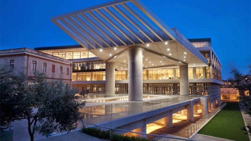 Åpne bilde 1 av 9. The Acropolis Museum lit up at night in Athens