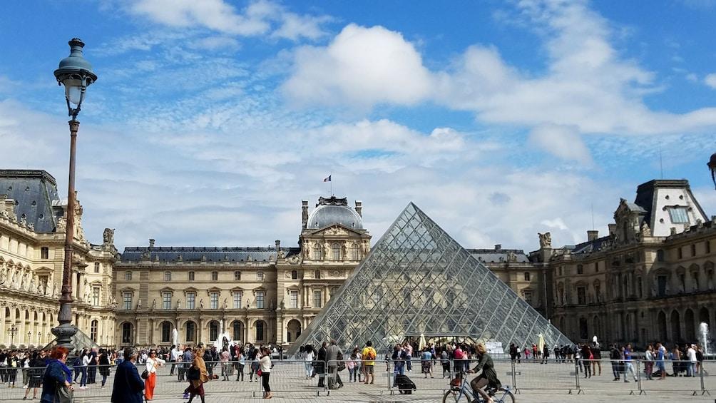 Foto 1 van 8. Skip-the-Line Semi Private Mona Lisa Louvre tour