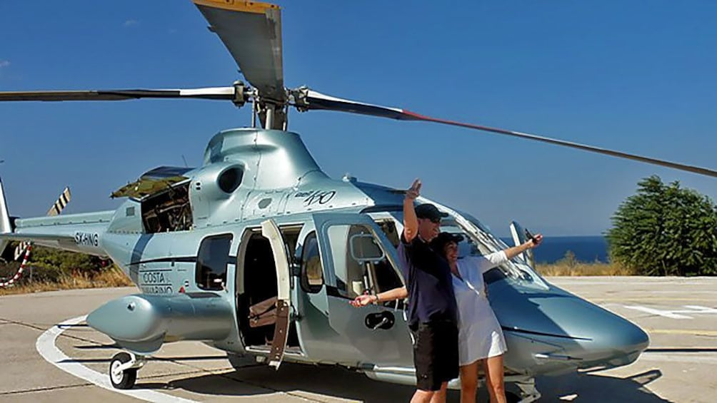Carregar foto 1 de 13. Couple about to board a helicopter in Athens