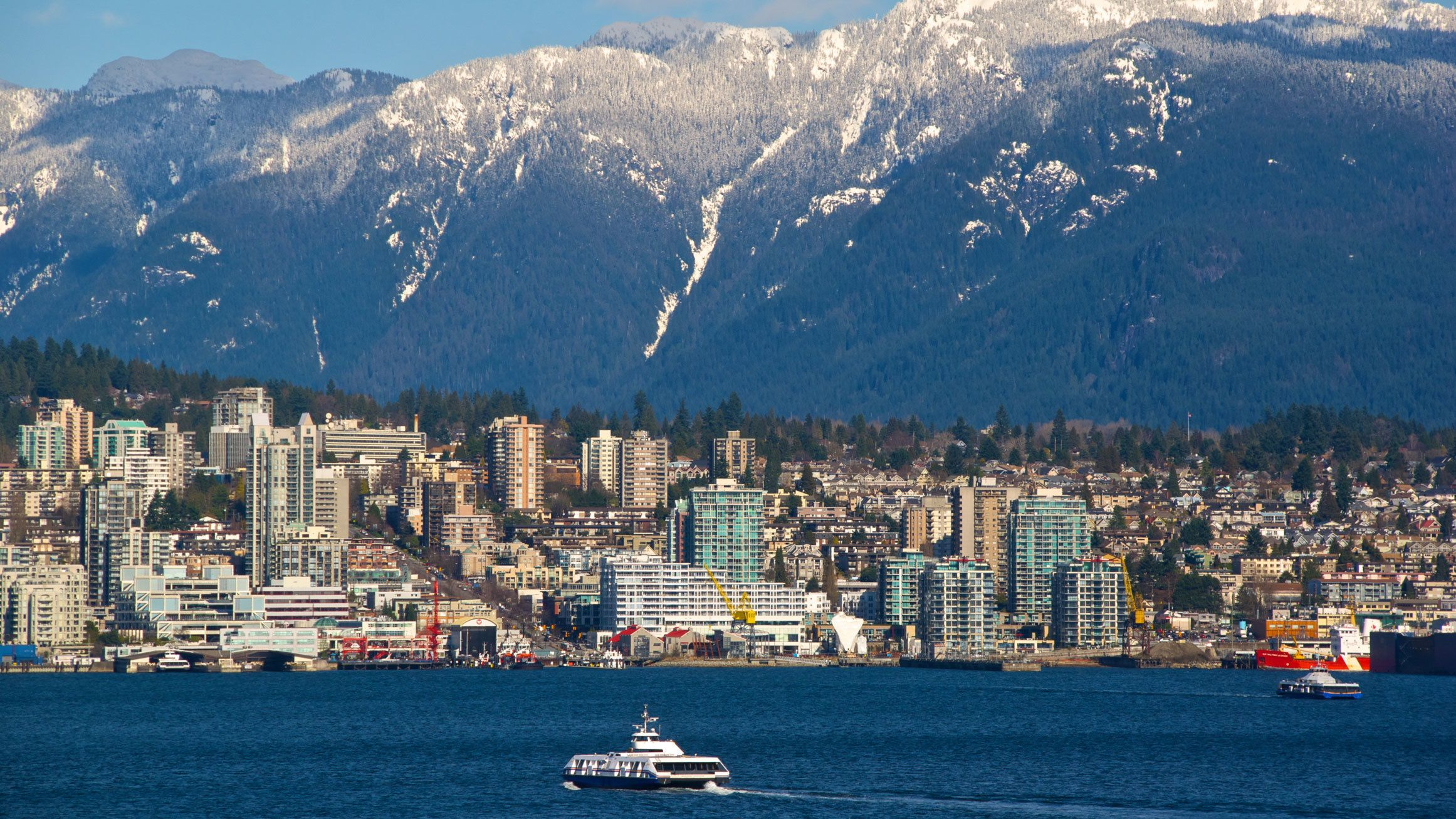 Water, city and mountains in Vancouver