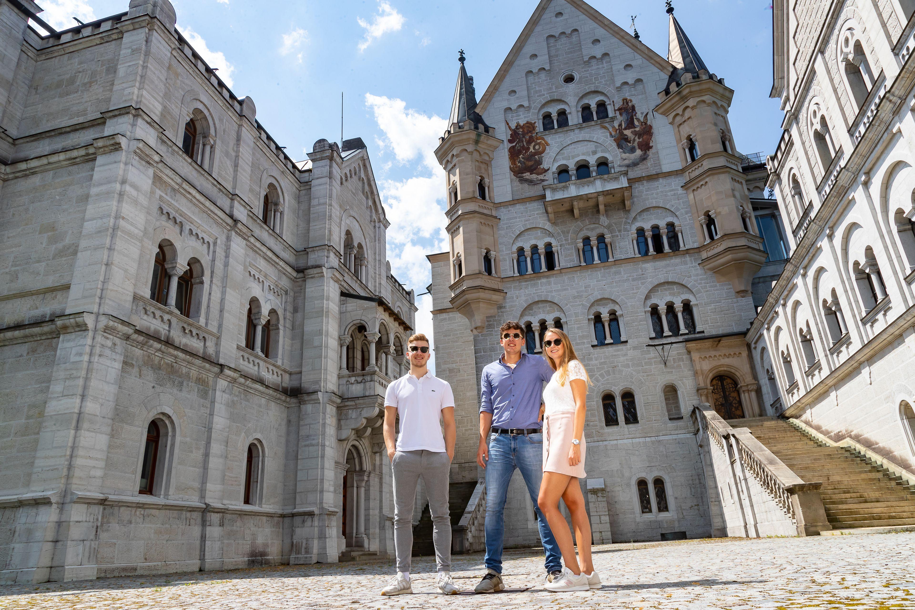 Ganztagesausflug nach Neuschwanstein und zum Schloss Linderhof im Premium-B...