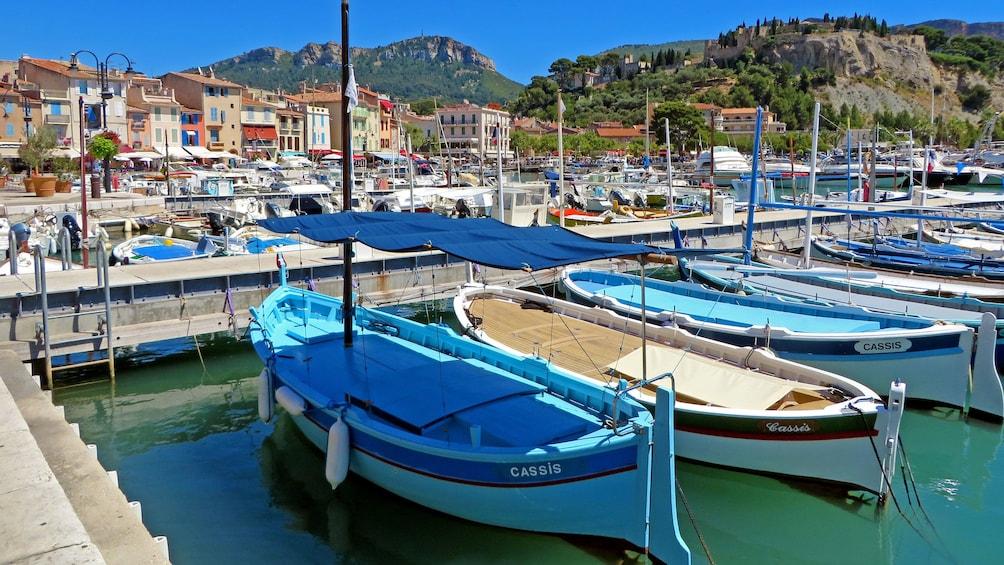 Charger l'élément 1 sur 5. boat docked in Marseille