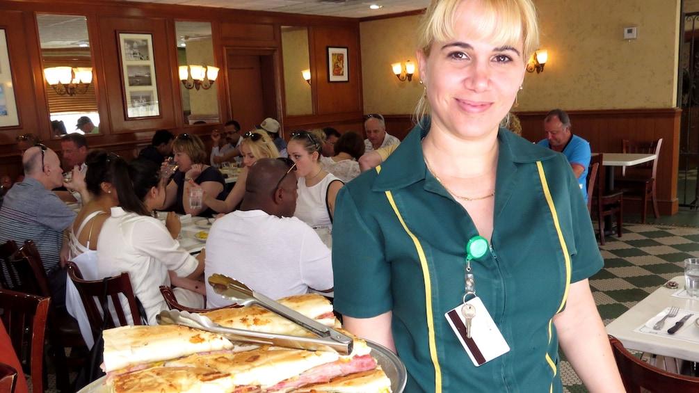 Foto 3 van 8. Server in a Cuban restaurant