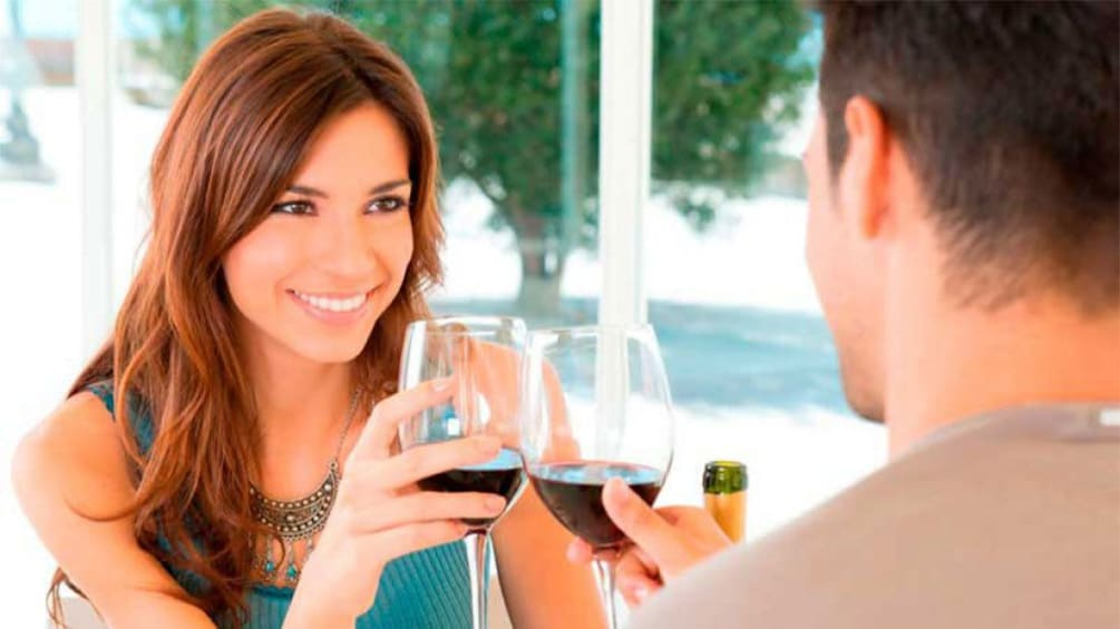 Foto 1 van 5. Two people enjoying a glass of wine at a vineyard in Tenerife