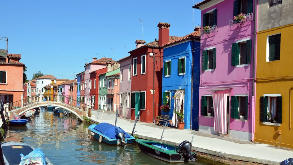 Carregar foto 2 de 8. Colorful building in venice italy