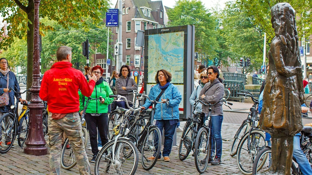 Foto 4 van 9. Bicycling group near city map in Amsterdam
