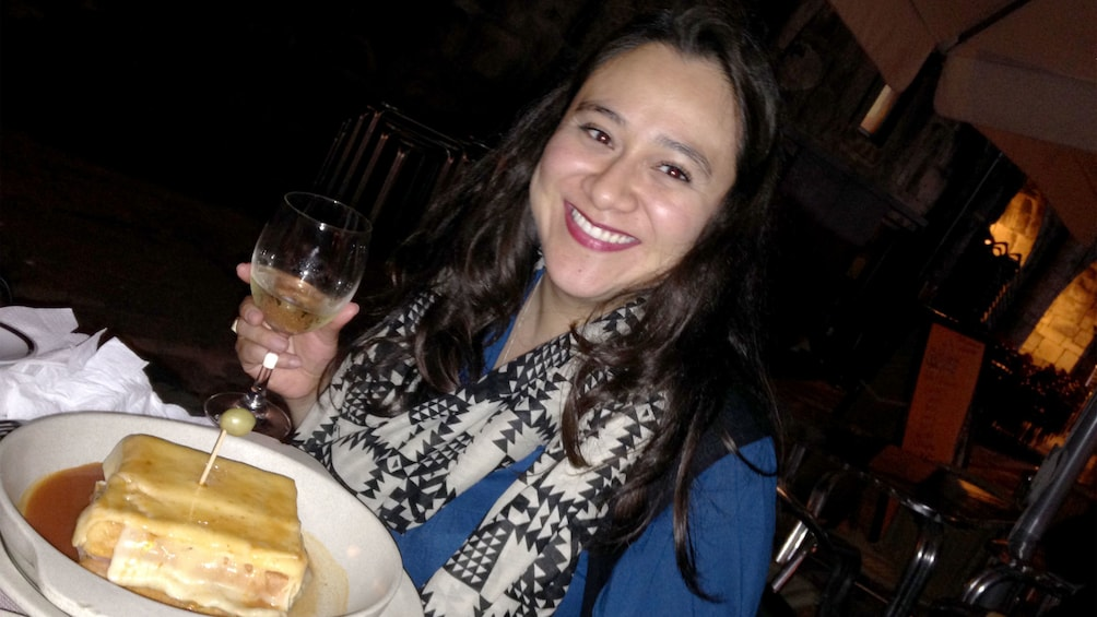 Ver elemento 1 de 6. Smiling woman with food and wine in a restaurant in Porto