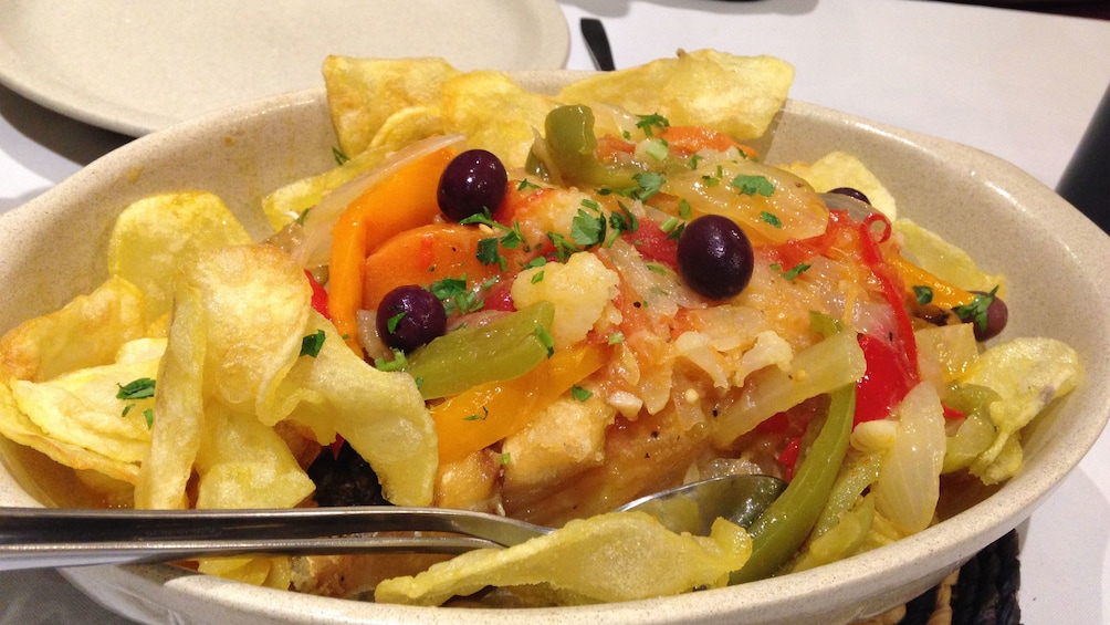 Ver elemento 2 de 6. Chips and vegetables in a bowl