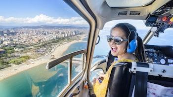 Visita a Barcelona en barco, a pie y con vuelo en helicóptero en grupo pequ...