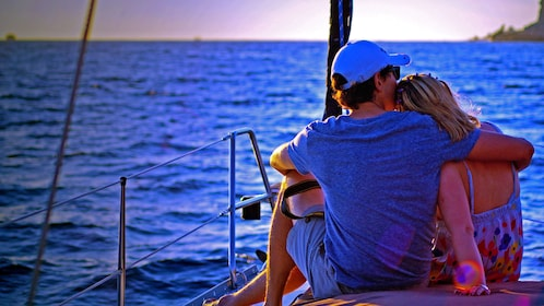 Sunset cruise couple at Los Cabos
