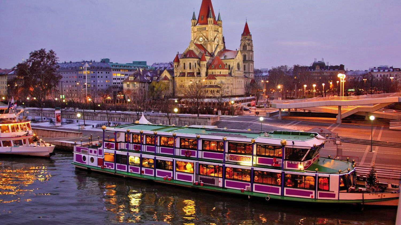 Bootsfahrt am Abend mit Wiener Liedgut