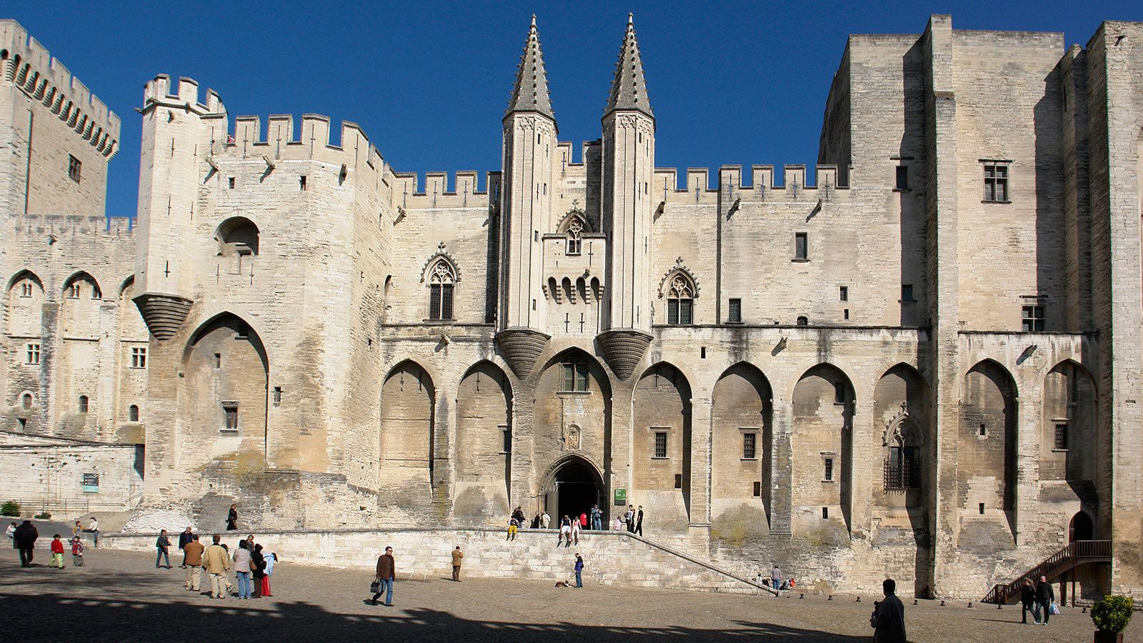 many tourist visiting Avignon Papal palace in Marseilee