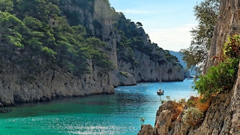 Marseille: Day Boat Ride in the Calanques with Wine Tasting