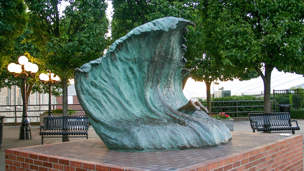 Cargar ítem 5 de 8. Statue of wave on tour in Newport