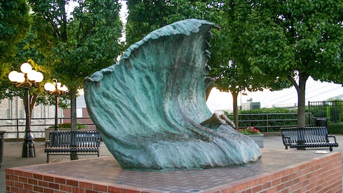 Statue of wave on tour in Newport