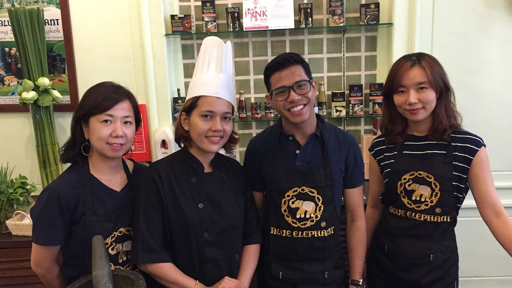 Foto 1 van 5. Group posing for picture in Thai cooking class in Bangkok