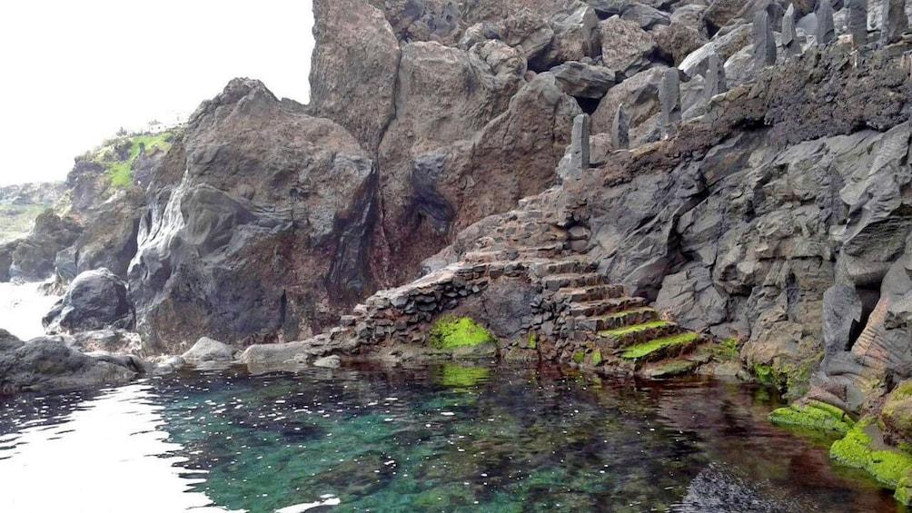 Foto 3 van 5. Carved stairways to the lava pools in Spain