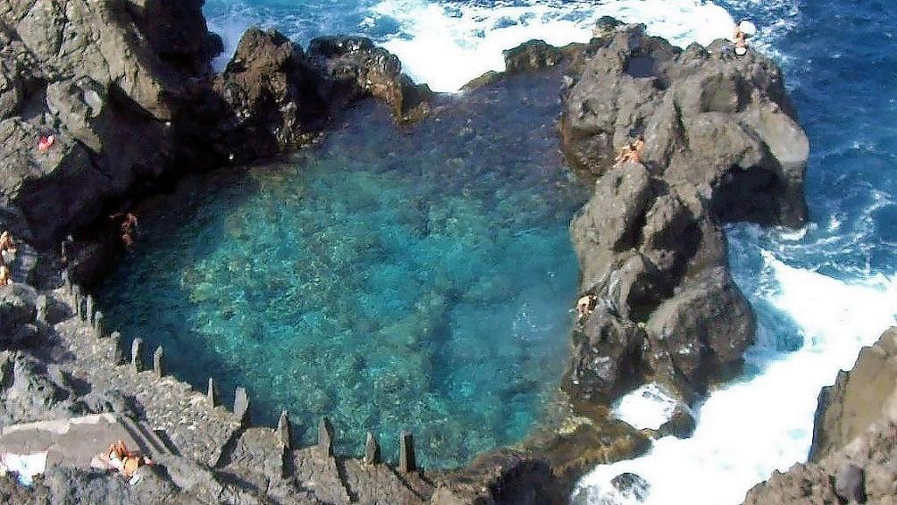 Foto 5 van 5. Naturally formed pool enclosure in Spain