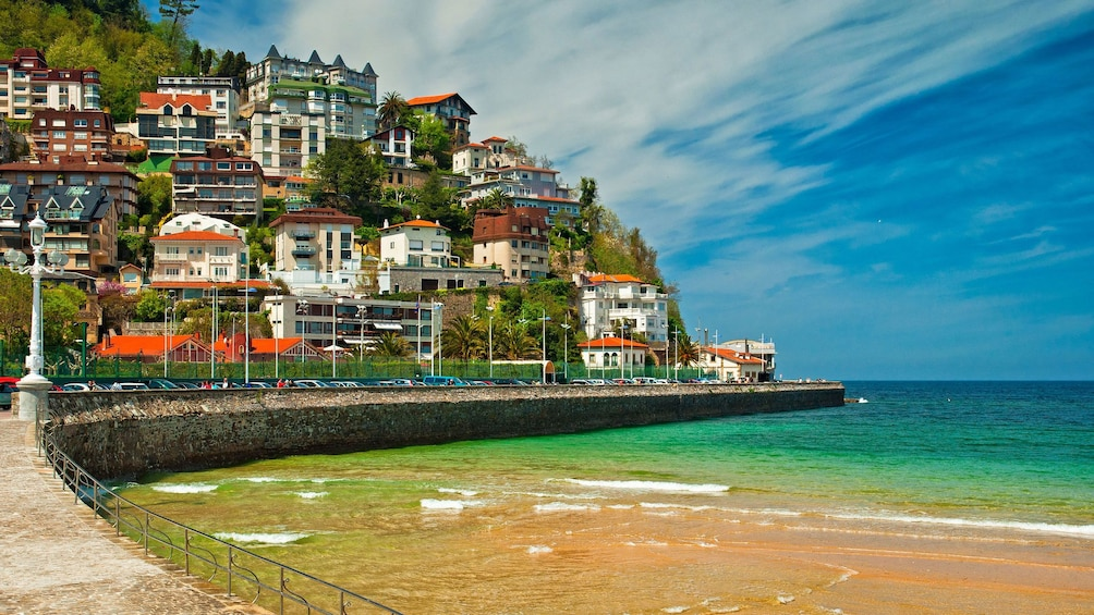 Cargar foto 3 de 5. The coastal city of San Sebastian in Spain