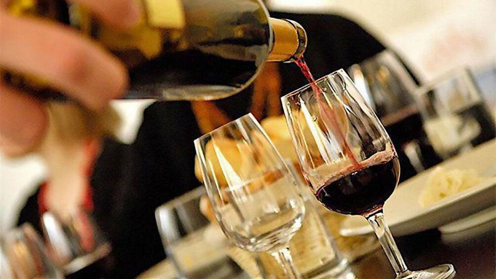 Charger l'élément 5 sur 6. Pouring wine in France