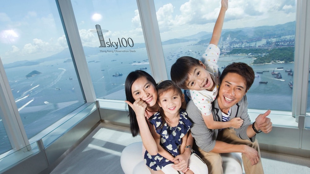 正在顯示第 4 張相片,共 10 張。 Family on the observation deck of the sky100 tower