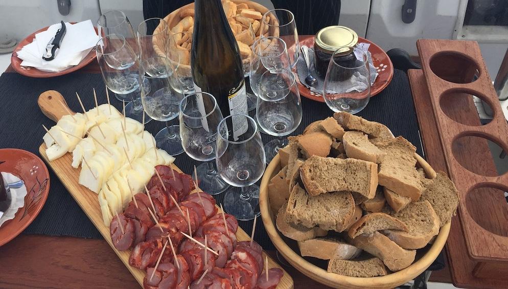 Foto 2 van 7. Wine Tasting & Sailing on the Tagus River