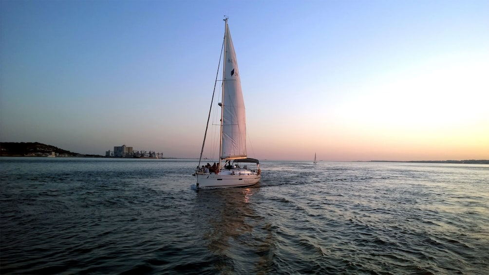 Foto 4 van 7. Sailboat at sunset in Lisbon