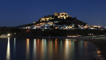 Rhodos bei Nacht mit Abendessen und Bootsfahrt