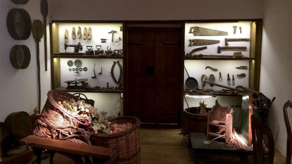 Foto 3 von 5 laden old harvesting tools on display in Crete