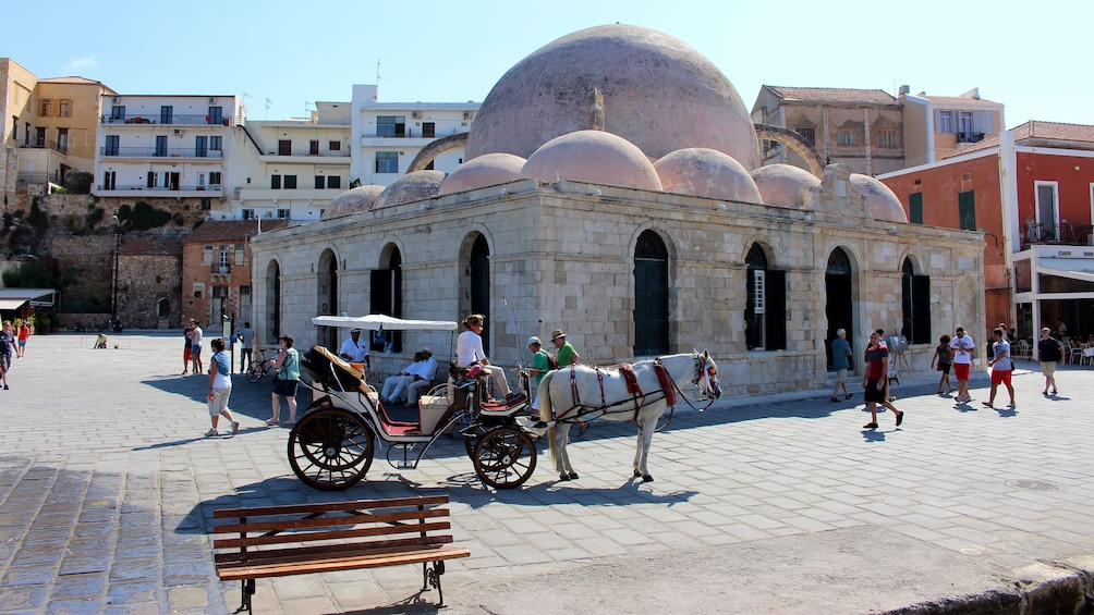 Foto 5 von 5 laden horse drawn carriage in front of a multi domed structure in Greece