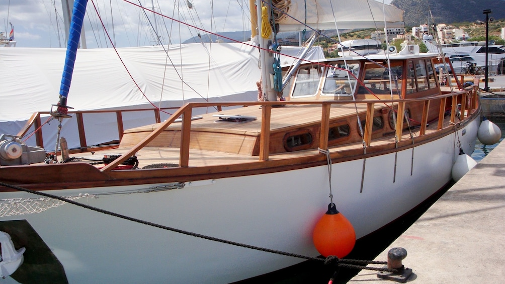 Foto 4 von 10 laden Sailboat docked in the marina of Mirabello Bay
